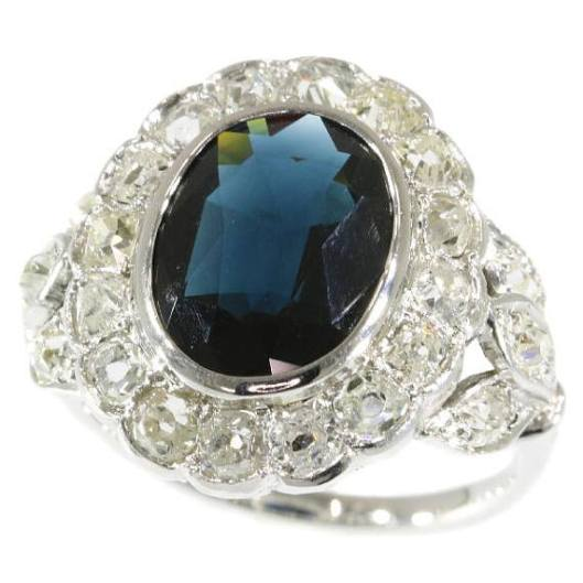 Bague-de-fiançailles-française-Art-Déco-or-blanc-18-carats-sertie-d'un-saphir-bleu-foncé-et-diamants