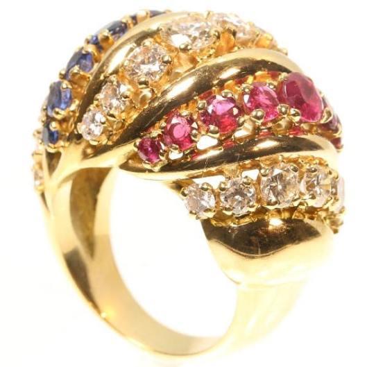 Large-bague-cocktail-ancienne-en-or-jaune-18-carats-sertie-de-saphirs-bleus-rubis-et-diamants
